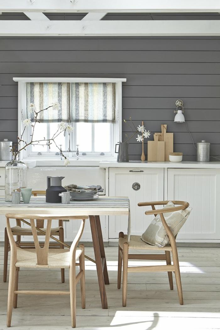 colores que combinan con gris, cocina comedor, combinación gris y blanco, mesa de madera clara, ventana pequeña, paredes de listones de madera, suelo de tarima, estilo rústico