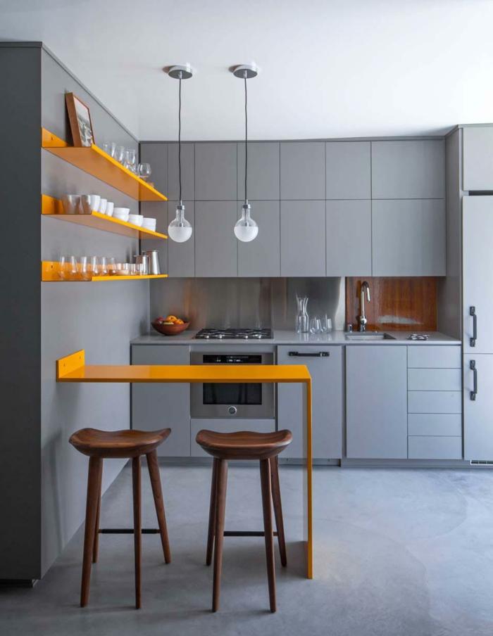 cocina en amarillo y gris, suelo laminado, sillas altas de madera, barra pequeña, bombillas colgantes, como decorar una habitación