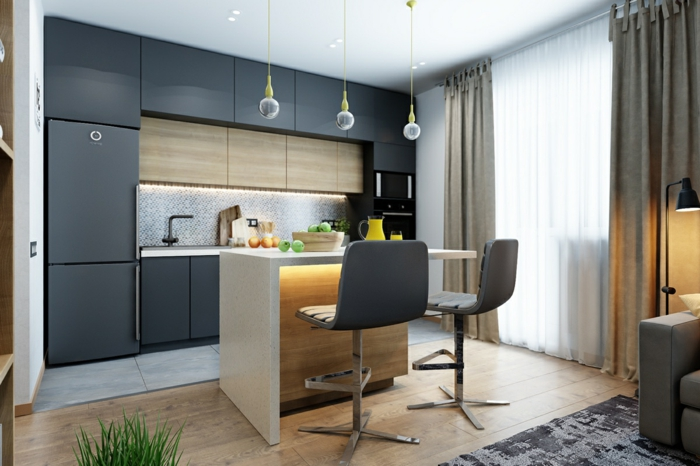 ejemplos de cocinas abiertas al comedor y al salón, muchos armarios en color negro, barra funcional de madera
