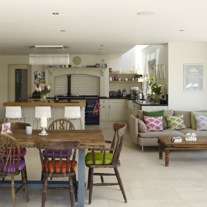 piso en estilo vintage con muebles de madera y decoracion interesante, cocinas abiertas al comedor y a la sala de estar