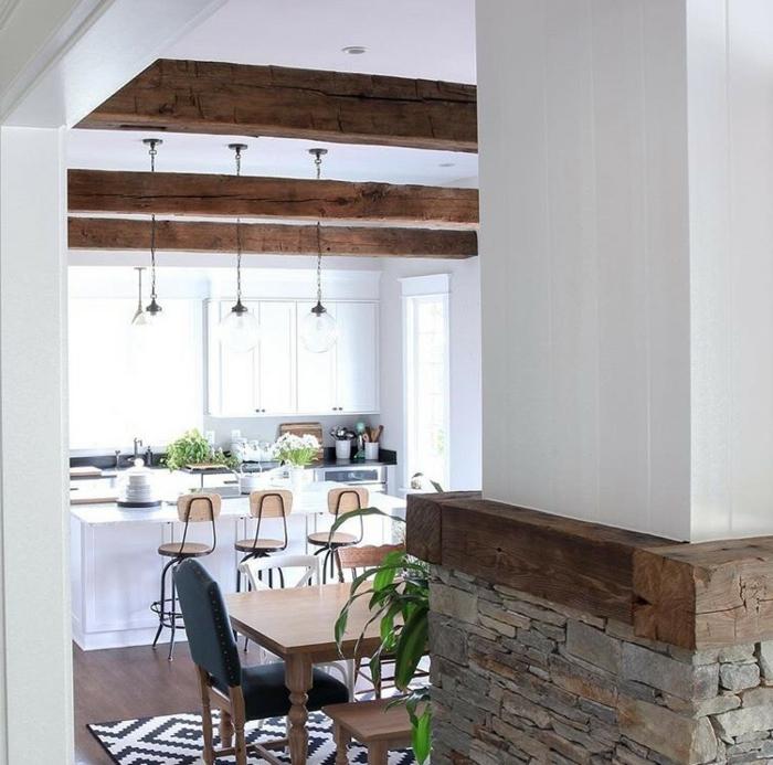 como decorar una cocina abierta al comedor y la sala de estar, decoracion con vigas de madera, cocina blanca con barra