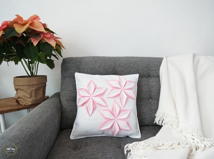 manualidades faciles para vender con tutorial detallado, bonita almohada decorativa, cojin blanco con ornamentos en forma de flores, decoración DIY para el hogar