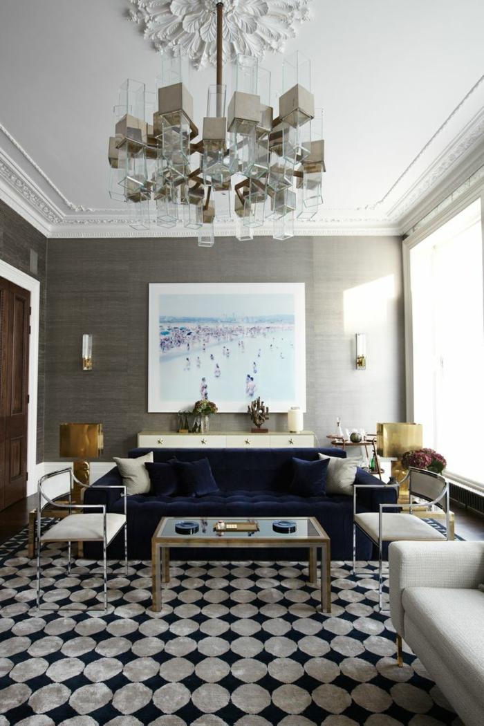 estilo vintage, habitacion gris y blanca, sofá tapizado de terciopelo en color azul, tapete con circulos, fotografia de piscina en colores, mesa de metal y vidrio