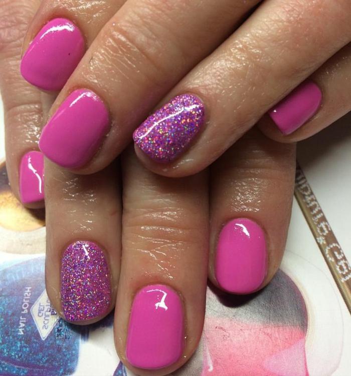 uñas en colores llamativos, decoracion de uñas en cyclamen, dedo anular pintado con purpurina, tendencias verano 2018