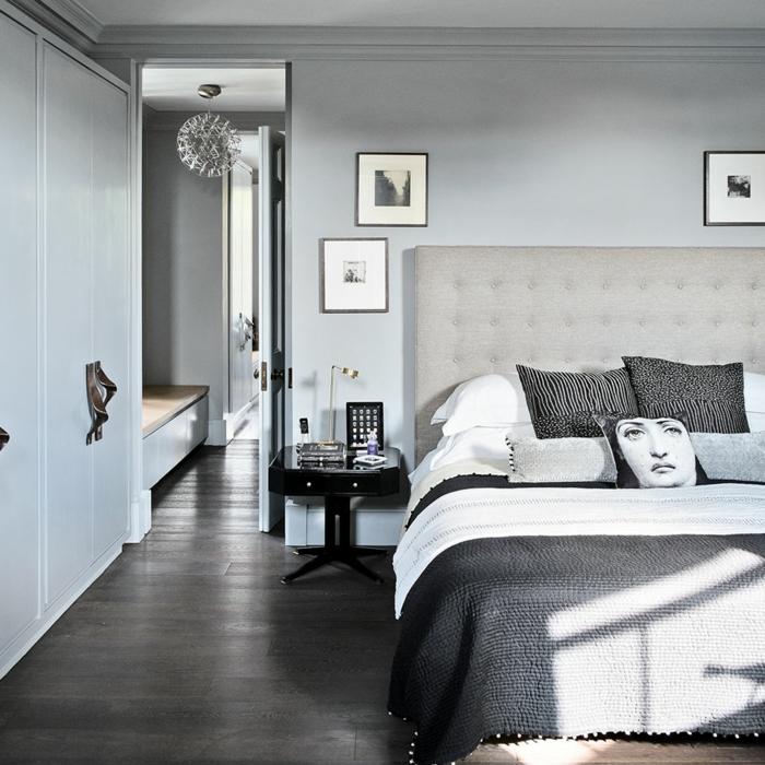 decoracion en gris, dormitorios matrimonio, cama doble, cabecero tapizado, suelo de tarima, mesilla de noche negra, puerta abierta