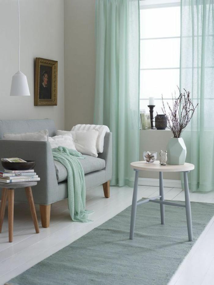 como decorar una habitacion, sofá con patas de madera, gris en combinación con blanco y verde menta, decoracion moderna, mesita redonda, cortinas ligeras, tapete