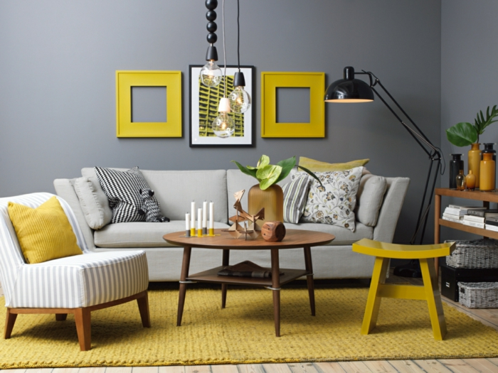 como decorar una habitacion, salon pequeño con sofá y sillon, gris oscuro combinado con amarillo, mesa redonda de madera, lámpara con brazo, tapete de ganchillo, suelo con tarima
