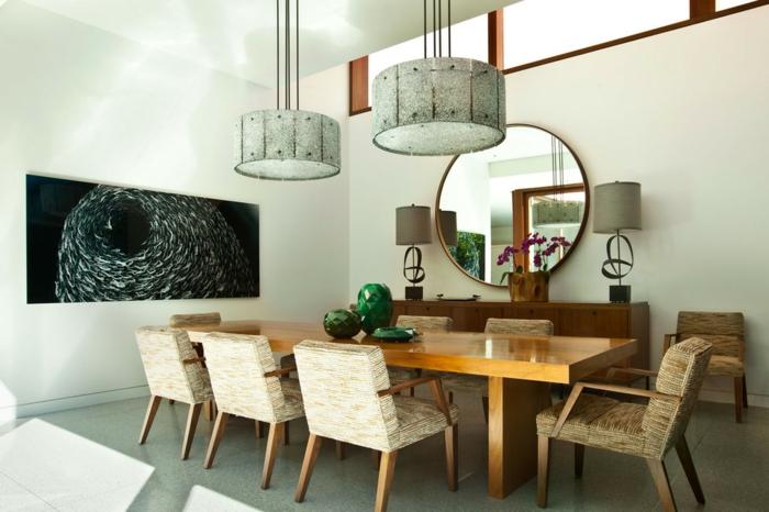 ideas de decoración con espejos redondos, comedor de encanto con grande cuadro decorativo y espejo redondo