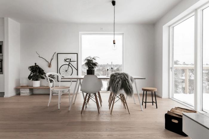 salon nordico, comedor minimalista, sillas blancas, cuadro con bicicleta, bombilla colgante, ventanales, terraza en nvierno