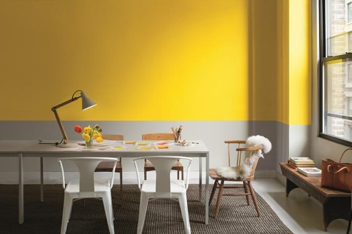 decoracion habitacion, combinaciones de colores modernas, pared en gris y amarillo, mesa rectangular grande, sillas desparejas, tapete, ventana con carpinteria negra