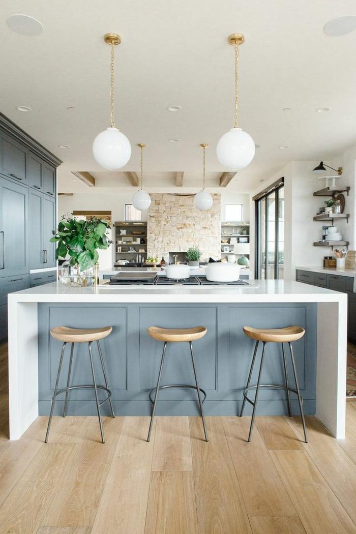 preciosa barra grande en color blanco con pequeñas sillas de barra, decoracion en blanco y azul, cocina abierta a la sala de estar