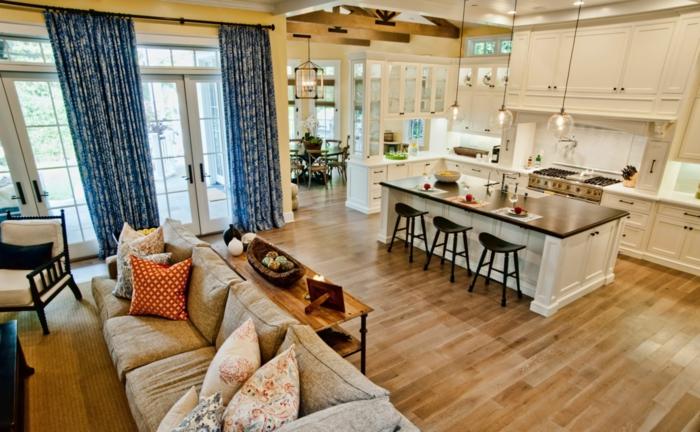grande barra en el centro del ambiente, cocina abierta con encanto, largas cortinas en azul y blanco, muchos armarios blancos