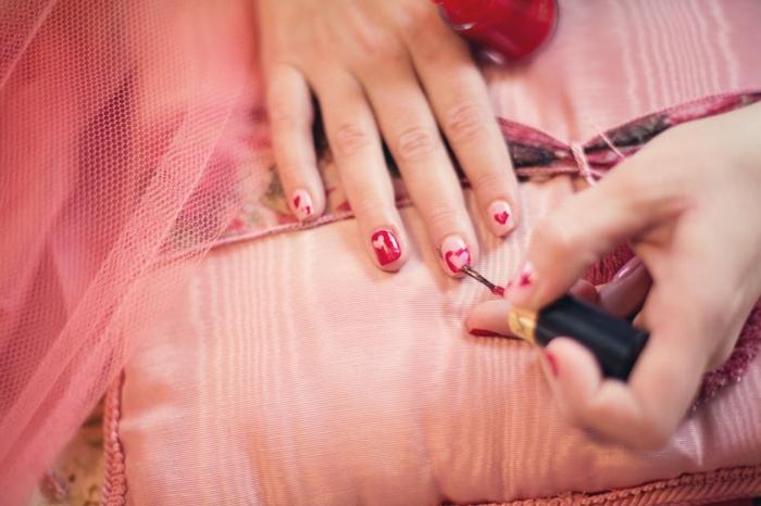 como hacer una decoracion simple, decoracion de uñas en gel, dibujos de corazones, uñas cortas cuadradas