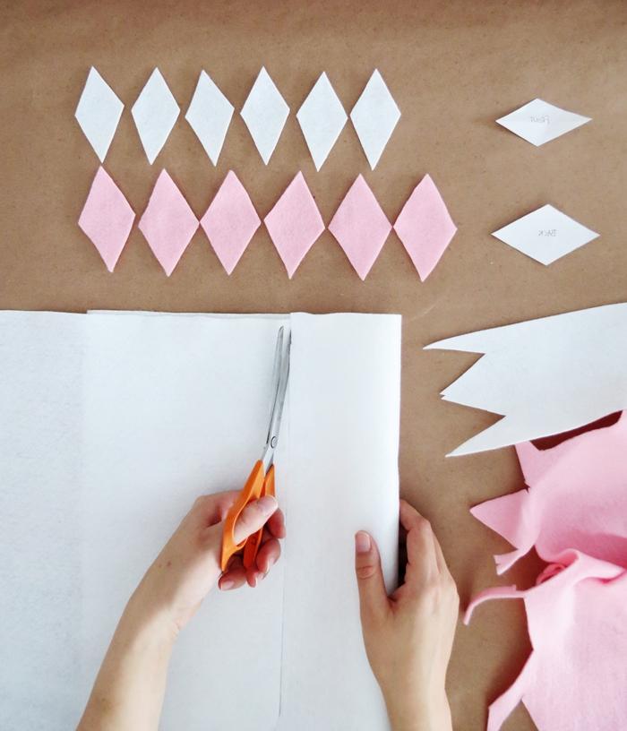 trozos de fieltro en blanco y rosado en forma de rombos, manualidades faciles para vender con instrucciones detalladas para hacerlas