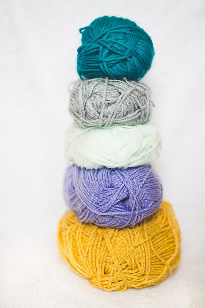 bolas de hilo en diferentes colores, como hacer alfombras de lana paso a paso, manualidades faciles y divertidas