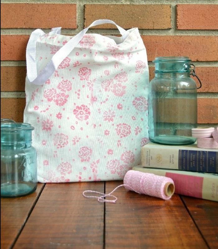 preciosa bolsa de tela DIY, tela blanca con estampados de flores en rosado, manualidades faciles para hacer en casa paso a paso