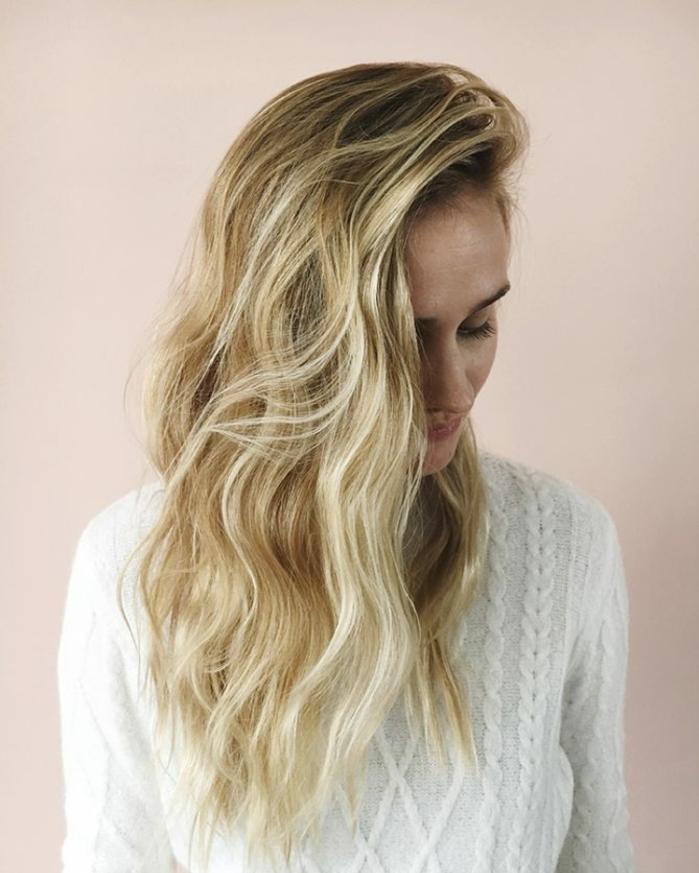como hacer ondas con la plancha propuesta fácil y encantadora, cabello rubio con mechones más claros