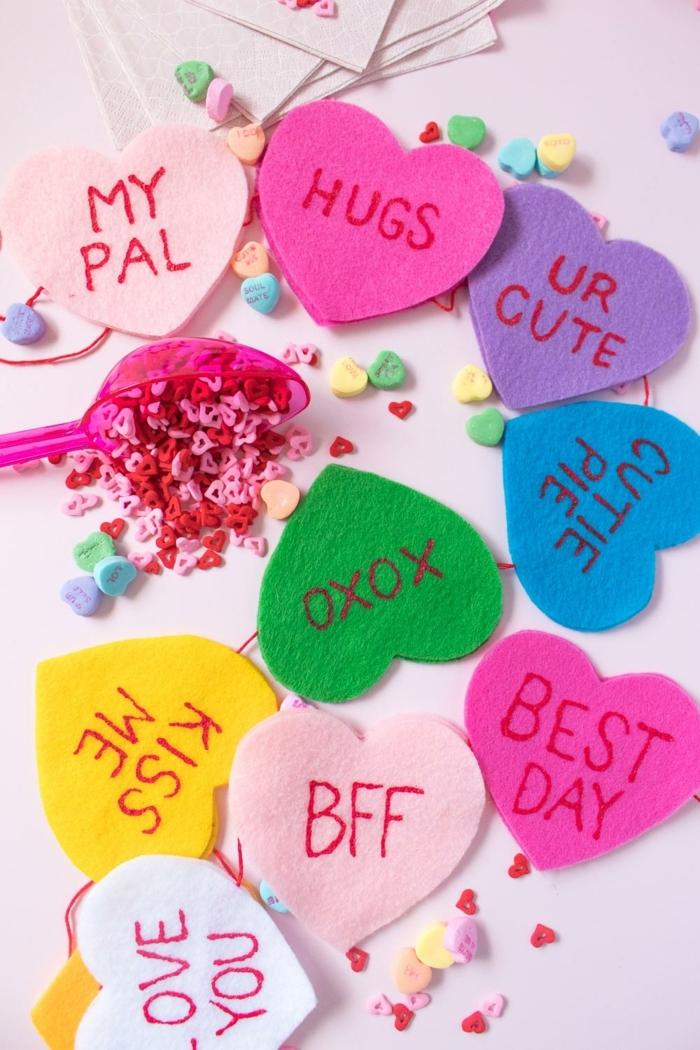 ejemplos de manualidades faciles para vender hechas de fieltro, bonita decoración colorida para el día de los enamorados