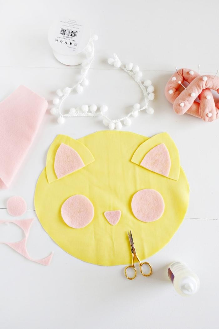 como hacer la cara de un gato, almohada decorativa hecha de fieltro, manualidades con tela paso a paso