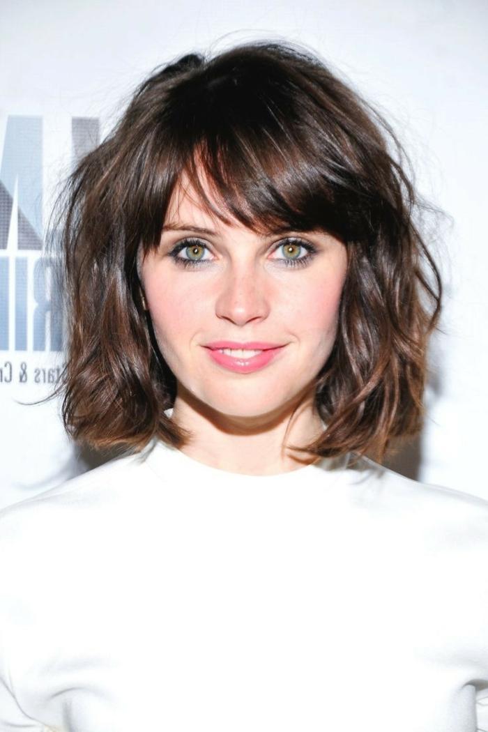 flequillo abierto, idea de pelo corto castaño, corte a capas, mujer con ojos azules, cara ovalada, cerquillo abierto