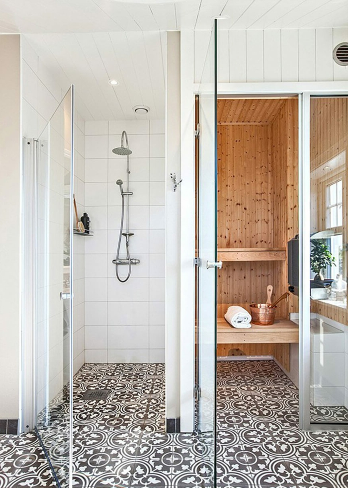 baños pequeños modernos, suelo con baldosas, ducha de obra con puerta de vidrio, sauna casera con ventanas, pared con listones de madera blancos