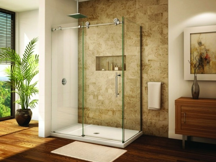 baño abierto, ducha con plato y mampara de vidrio, suelo laminado, ventanales, palmera decorativa, pared con nichos,. baños pequeños modernos