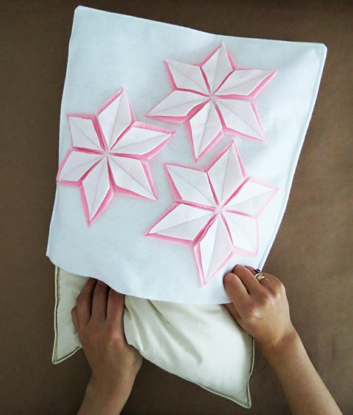 propuesta para manualidades faciles para vender, funda de almohada blanca con detalles decorativos en forma de flores