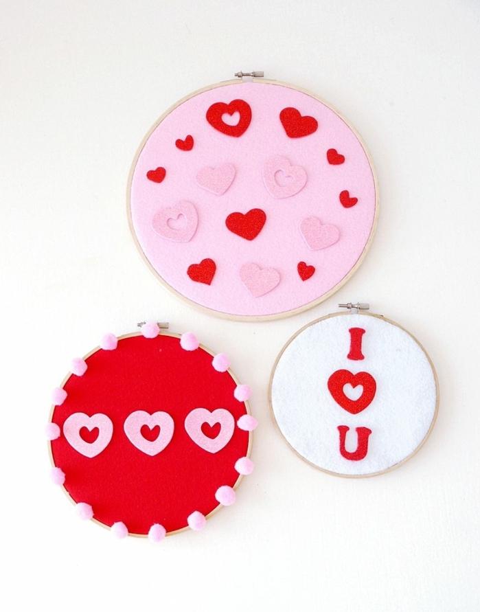 paneles decorativos en forma oval, con decoracion de corazones, manualidades faciles para hacer en casa hechos de fieltro