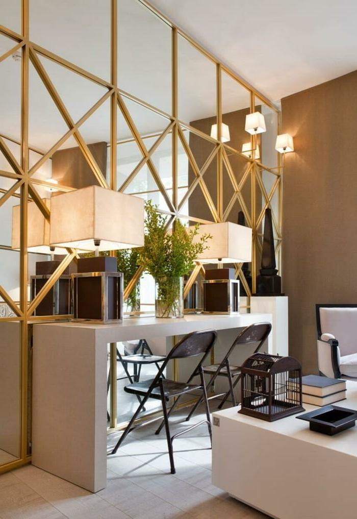 espejos decorativos para el salón, grande espejo con marco dorado, escritorio con dos sillas y lámparas vintage