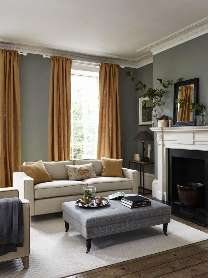 habitación gris, decoración salon en gris, beige y color cognac, chimenea, suelo de tarima, taburete como mesa, techo con moldura