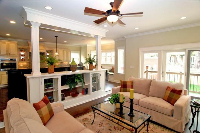 propuesta de cocinas abierta, como amueblar una casa abierta, elementos arquitectónicos interesantes, sofás en beige con cojines decorativos