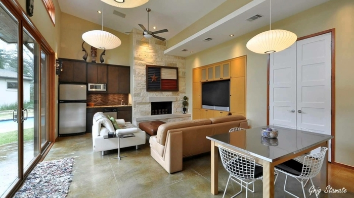 ejemplos de cocinas abierta, interior en beige y ocre muy bien iluminado, grandes ventanales que dan al jardín