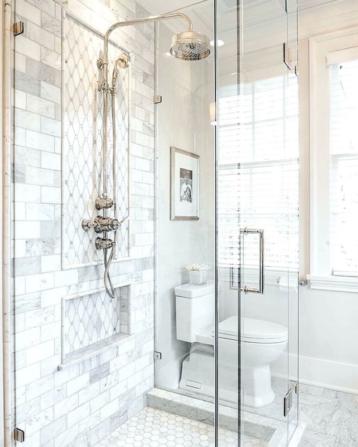 baño con ventanas grandes con persianas, mármol, decoracion gris y blanco, ducha plateada con efecto lluvia, mampara de vidrio, fotografia en blanco y negro sobre el vater, ideas baños pequeños