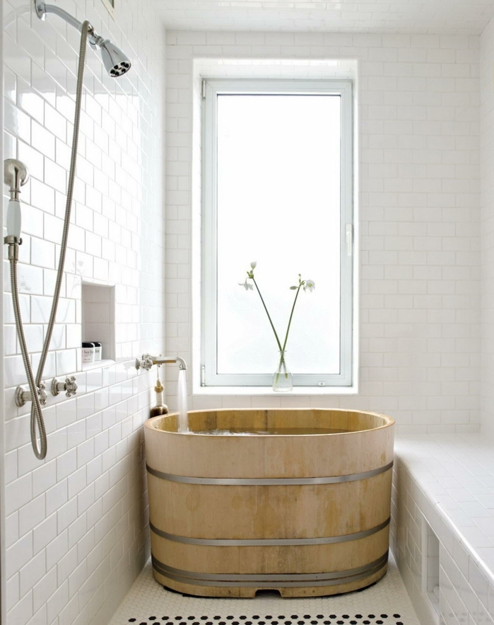 baño en estilo japonés, luz natural, ventana con vidrio mate, baldosas blancas, bañera de madera, pared con nicho, decoracion baños pequeños