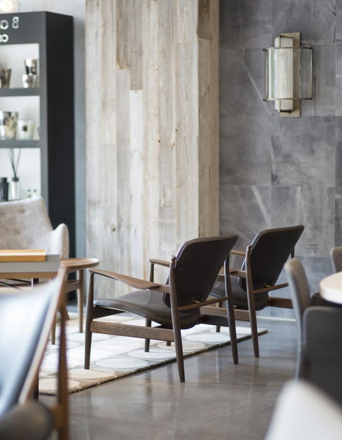 decoracion nordica vintage, detalle de salon, sillas bajas, suelo de baldosas, paredes con listones y mármol, salon nordico