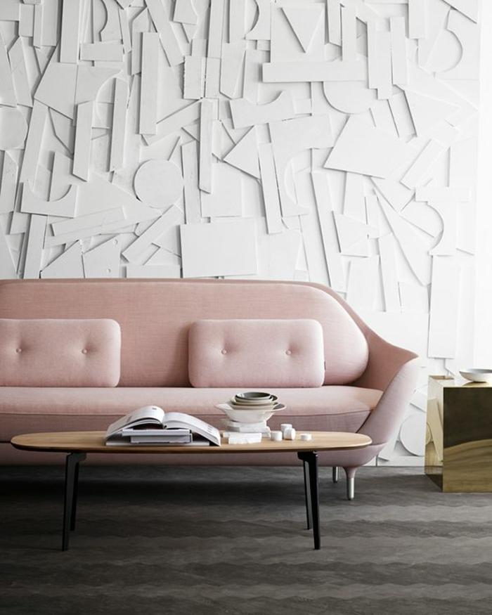 combinación de rosa, gris y blanco, pared con moldura de letras, habitacion gri y blanca, sofá elegante rosado, mesa ovalada de madera, alfombra