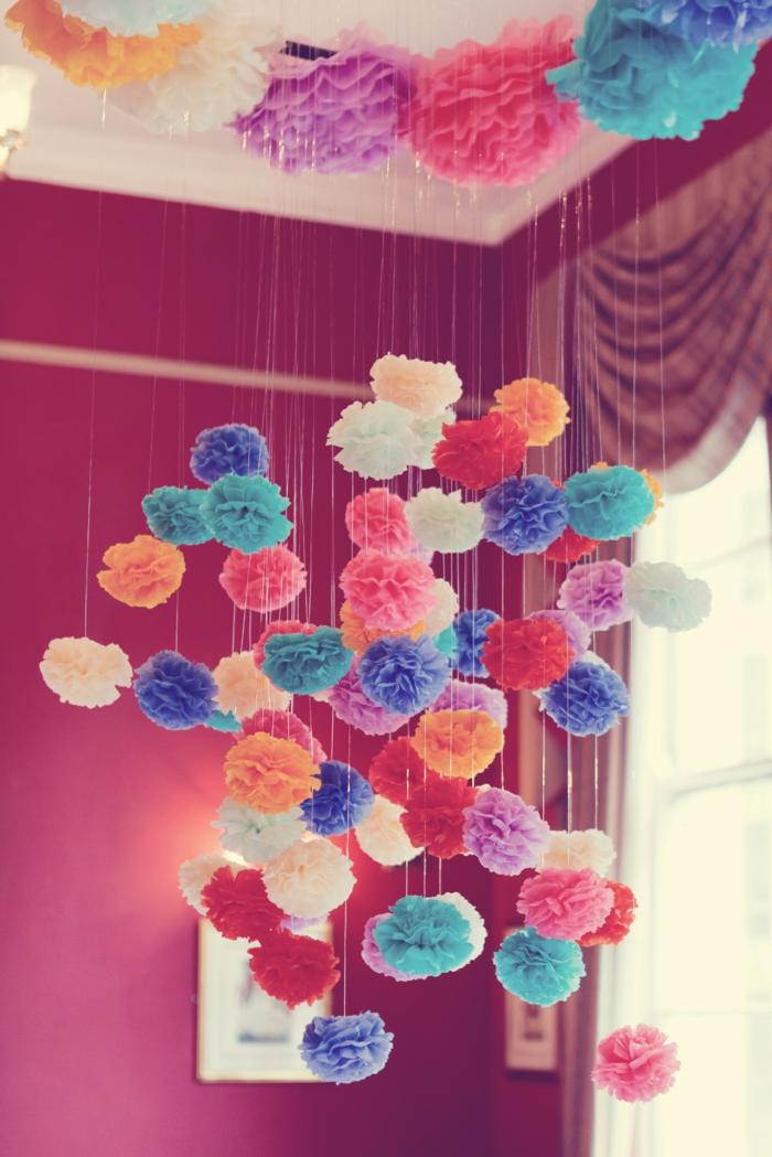 preciosa decoración para la casa, como hacer pompones pequeños en forma de flores, guirnalda de flores colgante