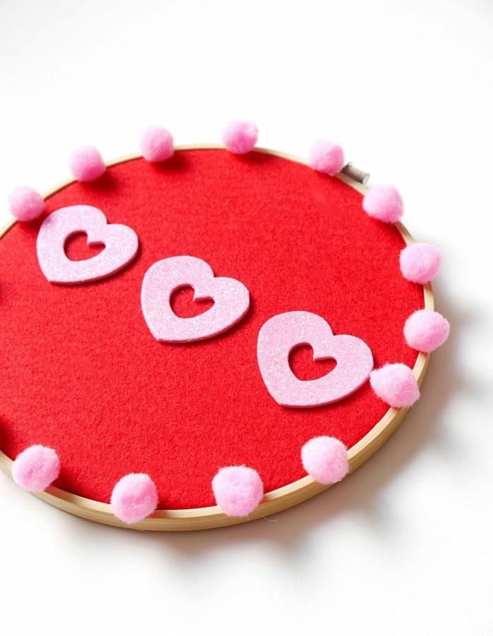 como decorar el hogar para el dia de san valentin, manualidades fieltro originales y fáciles de hacer con decoracion de corazones
