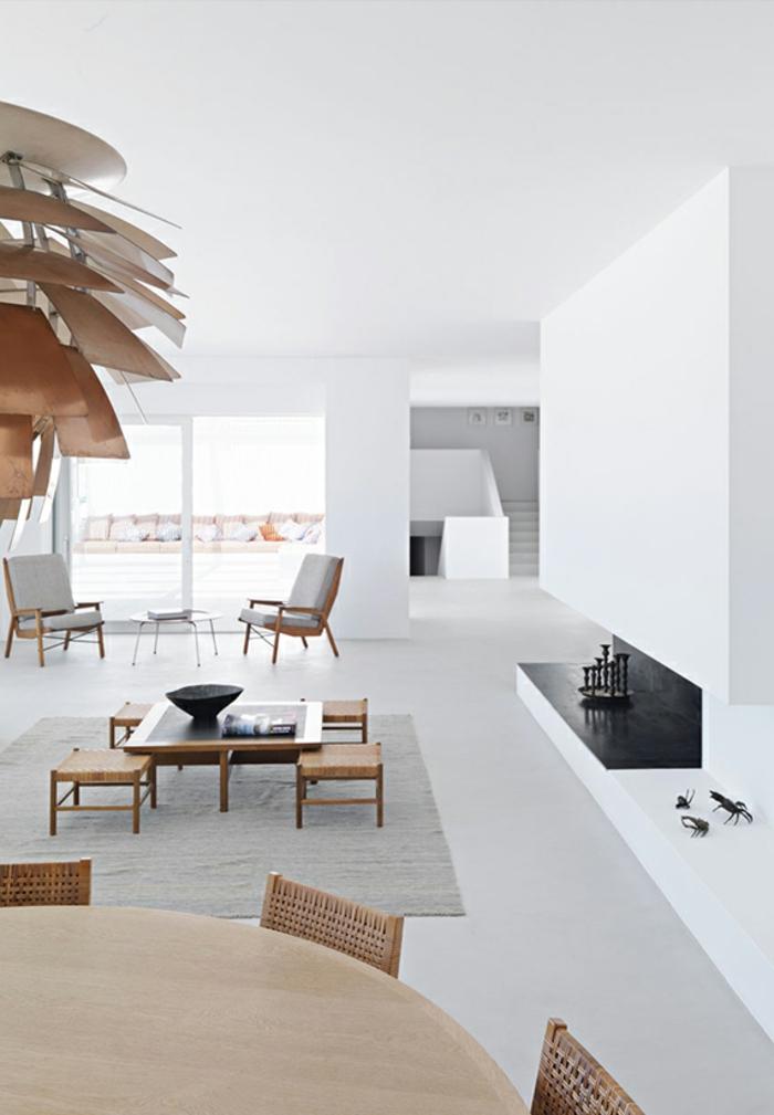 grande y luminoso salon decorado en blanco con muebles de madera en beige, decoracion salon en estilo minimalista con paredes vacias