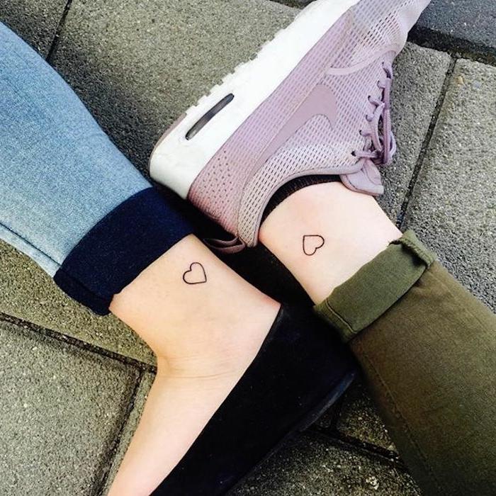 hermanas con tatuajes iguales, corazon en el aquiles, tatuajes minimalistas, simbolo de familia, zapatillas lila nike, zapatos negros