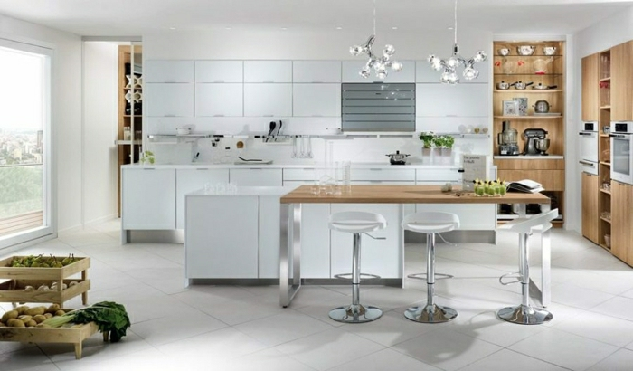 ideas para cocinas abiertas en blanco, detalles en tono plateado, grandes armarios en blanco, ideas para optimizar el espacio