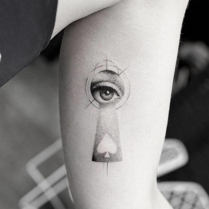 foto en blanco y negro, tatuaje surrealista con llave y ojo, tatuajes originales, diseño para brazo de mujer