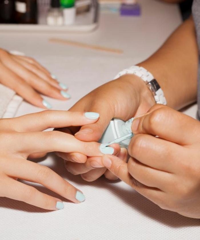 color pastel refinado, uñas de gel decoradas en azul claro, uñas cortas en forma ovalada en gel