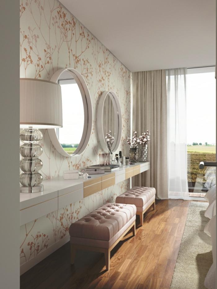 ambiente acogedor en tonos pastel con espejos redondos colgados en la pared, papel pintado con motivos flroales