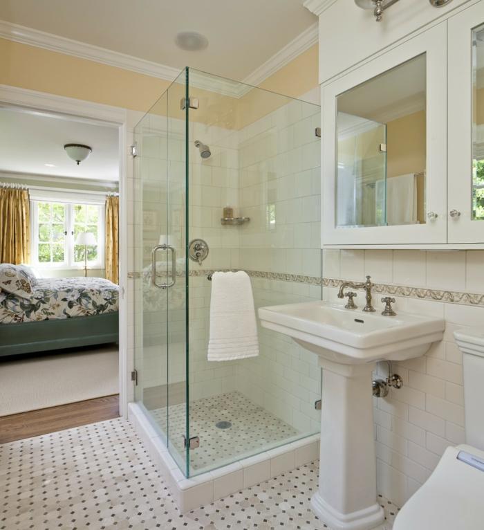 baño junto al dormitorio. decoracion clasica, ducha de obra, armario con espejos, cuartos de baño pequeños, habitacion matrimonio