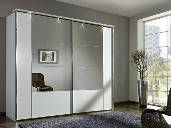 espejos decorativos en el dormitorio, armario con puertas con espejo interior en los tonos del gris con grandes ventanales