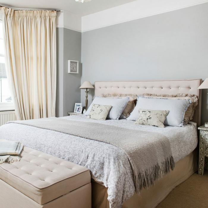 dormitorio para parejas, cama doble, cabecero rosado en capitoné, cortinas beige, paredes en gris y blanco, habitacion gris,