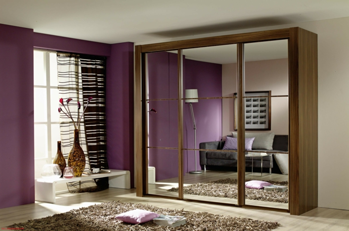 como adornar el dormitorio con espejos decorativos, armario con puertas de espejo, paredes en color morado