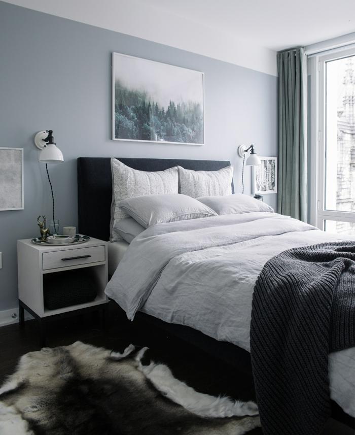 dormitorio matrimonio pequeño, gris azulado, ventana grande, cama doble, tapete piel de vaca, colores que combinan con gris