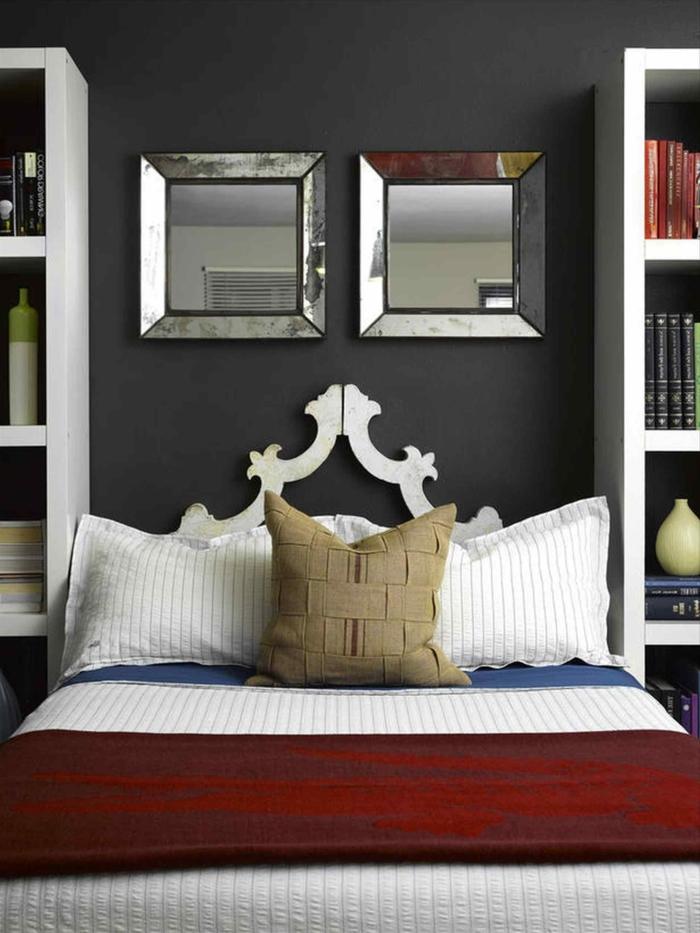 dos espejos decorativos colgados en la pared, dormitorio matrimonio, paredes en gris con espejos de forma cuadrada